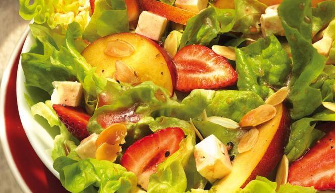 Wunderschöner Salat mit roten Erdbeeren, gelben Nektarinen und weißem Schafskäse in einem süß-pikanten Dressing. Sommer mit dem MAGGI-Rezept erleben.