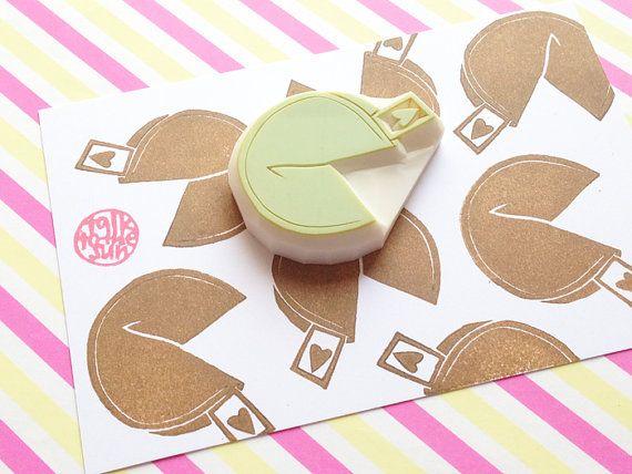 fortune cookie hand gesneden rubber stempel. cookie biscuit stempel. voedsel sinpired bruiloft verjaardag scrapbooking. DIY partij tafel rekwisieten