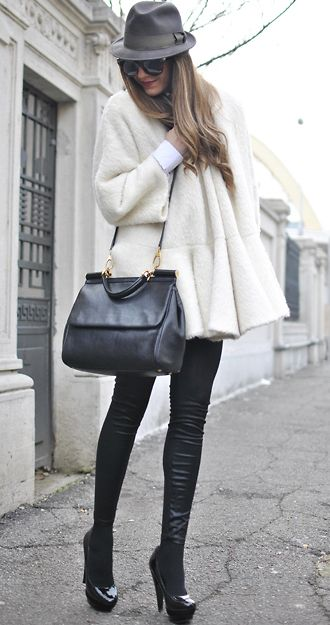 Inspiration for fall......Swings Coats, Black And White, Winter Fashion Chic, Winter White, Winter Outfits, Leather Legs, Coffee Outfit Fall, Leather Pants, Leather Leggings