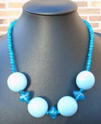 278 - Ketting van 4 dikke lichtblauwe houten kralen en 3 glazen fantasie kralen op ketting van lichtblauwe cracle glaskralen €10,0