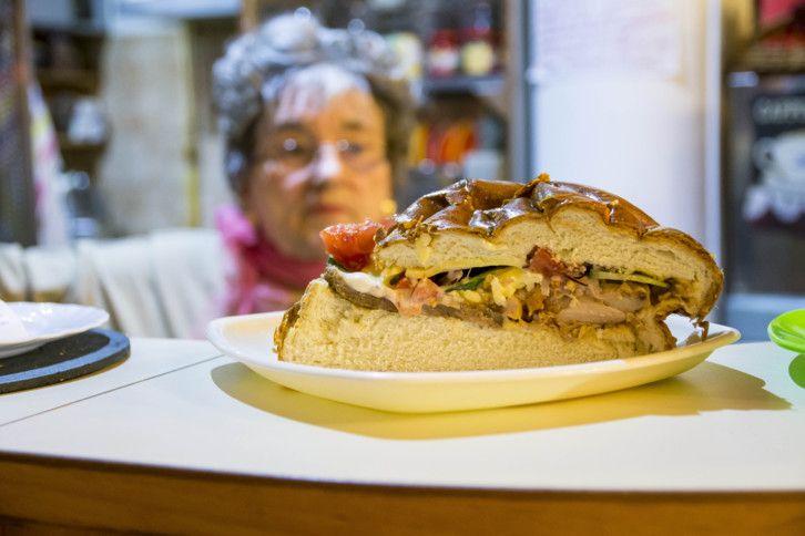 Marika néni kávézójában hatalmas hamburgereket lehet kapni. Bőséges feltéttel és rengeteg szeretettel készülnek itt a burgerek, már huszonnyolc éve.