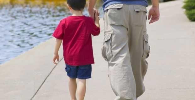 Και ο πατέρας θα δικαιούται πλέον την άδεια φροντίδας παιδιού – Τι προβλέπει ο νέος νόμος