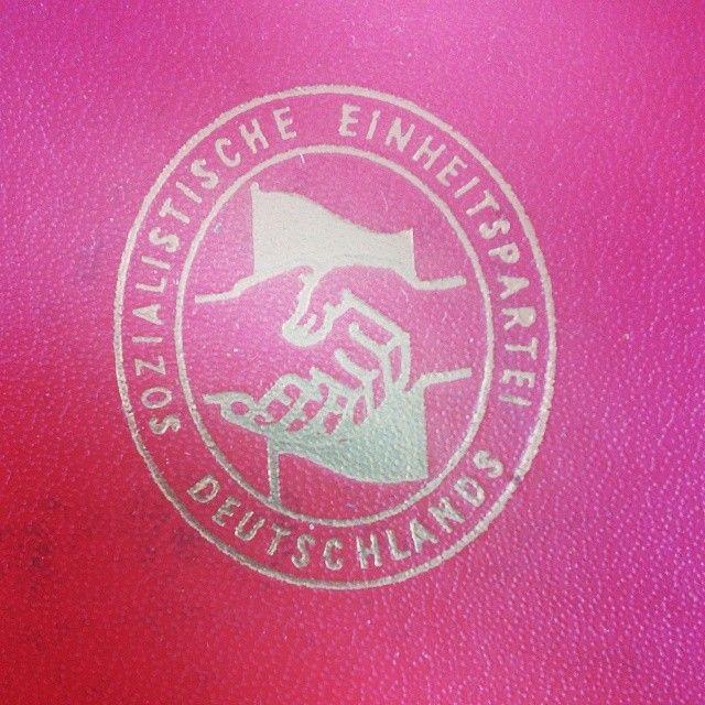 """Logo der """"Sozialistischen Einheitspartei Deutschlands"""" - SED auf einem Parteibuch. #ddrmuseum"""
