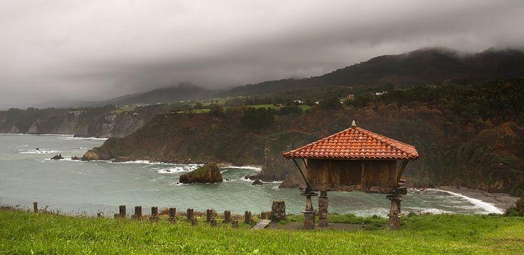 https://flic.kr/p/cyfimy | La Regalina | Hórreo y costa occidental asturiana, desde La Regalina (Cadavedo, Asturias)