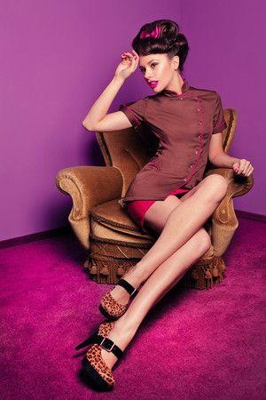 Fartuszek kosmetyczny SPA 7 brązowy z różową lamówką - taliowany