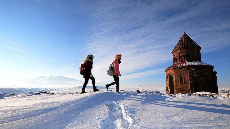 UNESCO Dünya Miras Listesi'nde yer alan, 23 medeniyete ev sahipliği yapan, Türkiye-Ermenistan sınırındaki Ani Ören Yeri, dört mevsim ziyaretçilerin ilgi odağı oluyor.