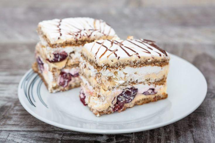 Prajitura cu visine . sa o prepare, o prajitura cu foi si umplutura de vanilie, cu visine si nuci este cel mai bun desert de casa.