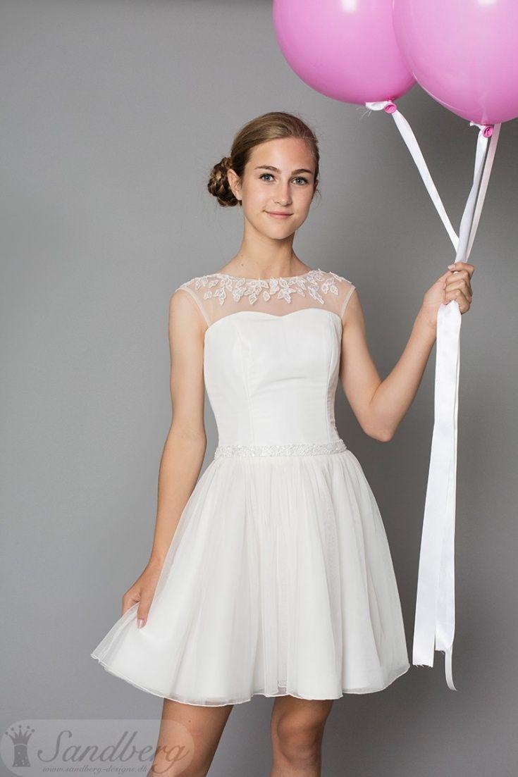Smuk kjole med navnet Vivi fra Sandberg Designs år 2017 konfirmations kollektion. Kjolens top består af en hjerteformede udskæring, med en tyl blonde som stropper. Kjolens udseende er super fin og detaljeret. Kan købes i Sandberg Designs butikker i Århus c og Brønshøj.