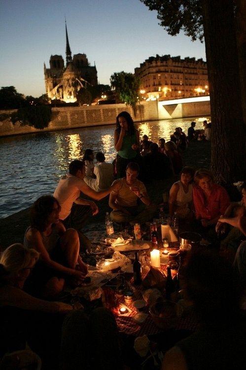 Un simple dîner aux chandelles. Entre amis. Ah oui, j'allais oublier : sur l'Ile Saint-Louis, face à Notre-Dame et l'Ile de la Cité. ...um.... ok sounds good whatever the previous pinner said #frenchpicnic