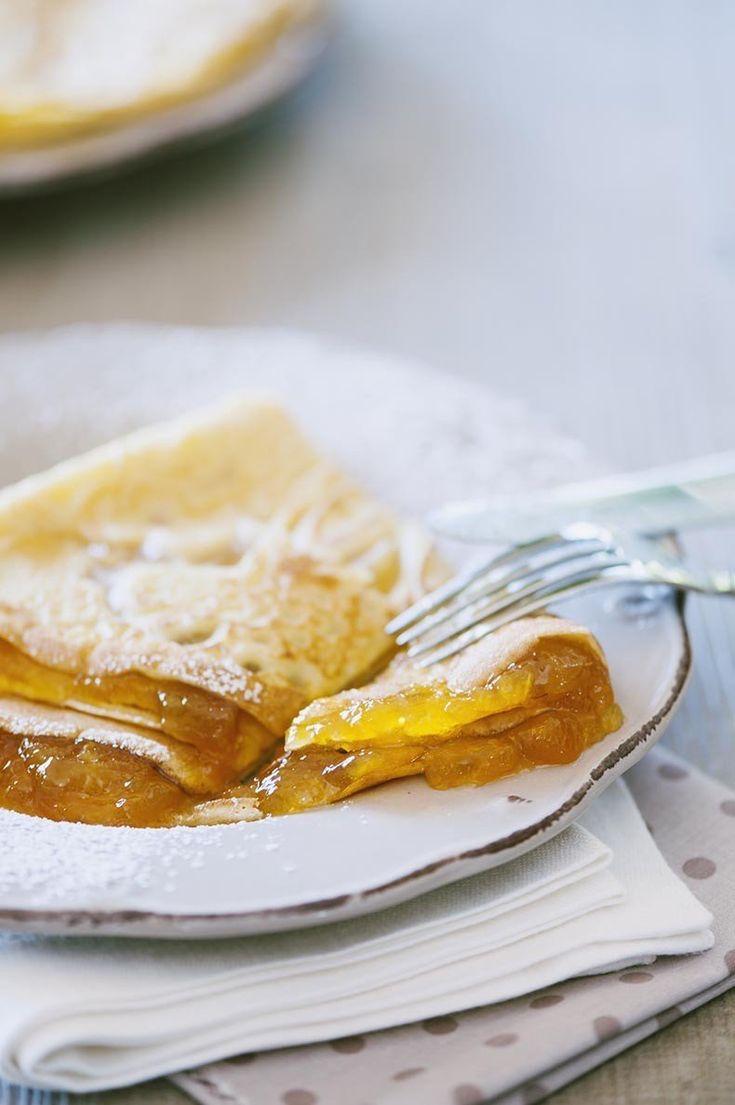 Crepes alla confettura di albicocche pronte nel piatto ben farcite