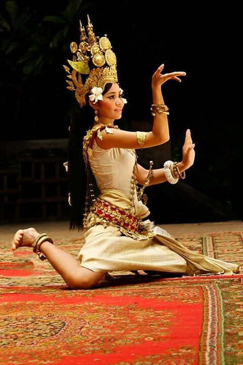 TRADITIONAL DANCER APSARA.....CAMBODIA.....PARTAGE OF ERIKA PAKASI.....