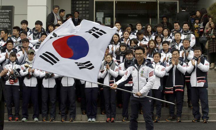 Em Seul, atletas sul-coreanos comemoram a aproximação dos Jogos Olímpicos de Inverno de 2014, que serão realizados em fevereiro na cidade de Sochi, na Rússia - http://epoca.globo.com/tempo/fotos/2014/01/fotos-do-dia-23-de-janeiro-de-2014.html (Foto: AP Photo/Lee Jin-man)