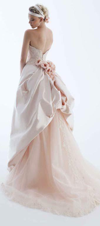 Lindo vestido, no me gusta lo que tiene en el pelo.