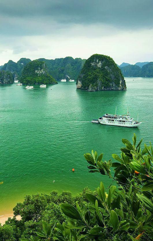 La bahía de Ha Long, también llamada Ha Long Bay , es una extensión de agua de aproximadamente 1.500 km². Situada al norte de Vietnam, en la provincia de Quang Ninh, en el golfo de Tonkín, cerca de la frontera China. LL