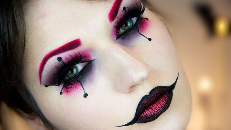maquillage Halloween femme 2016 - masque original avec fards en rose, brun, pourpre et noir