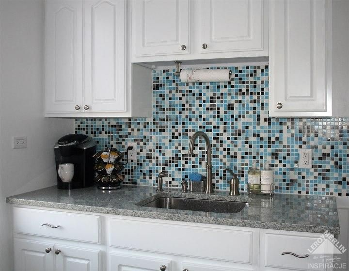 Biała kuchnia z niebieską mozaiką 1