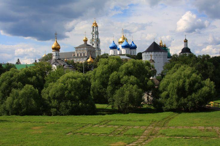 Sergiev Posad é uma cidade situada a 60 km de Moscovo e pertence ao chamado anel dourado da capital russa. A cidade cresceu em torno de um mosteiro fundado em 1340 por um monge eremita com fama de milagreiro, chamado Sérgio (de Radonezh). O mosteiro rapidamente se tornou o centro espiritual da igreja ortodoxa russa …