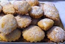 I bocconotti sono dei tipici dolcetti della tradizione calabrese, anche se si trovano anche nella cucina pugliese e in quella abruzzese. Sono dei ravioli di pasta frolla farciti con ricotta, nutella o marmellata, a seconda della tradizione. Sembra proprio che non ci sia una ricetta \