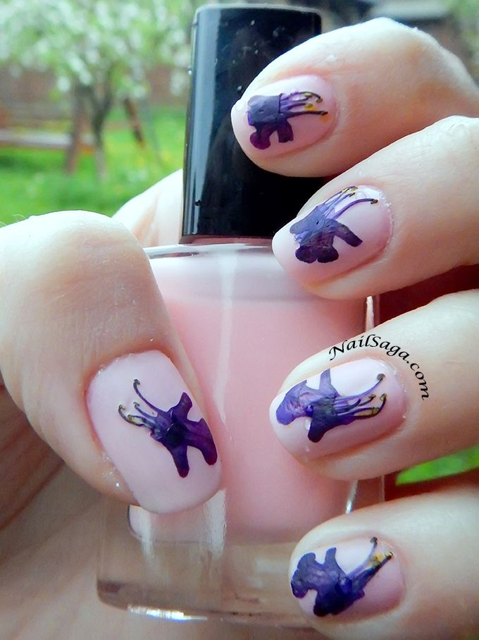 One of the most impressive nail designs with flowers