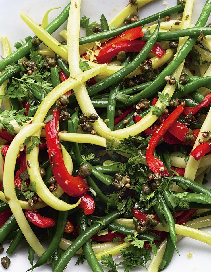 Recette Salade de haricots variés : Préchauffez le four à 220 °C (th. 7-8).Portez une grande casserole d'eau à ébullition et plongez-y les haricots beurre. Au bout de 1 mn, ajoutez les haricots verts et prolongez la cuisson de 4 mn, jusqu'à ce que les haricots verts soient cuits mais enco...