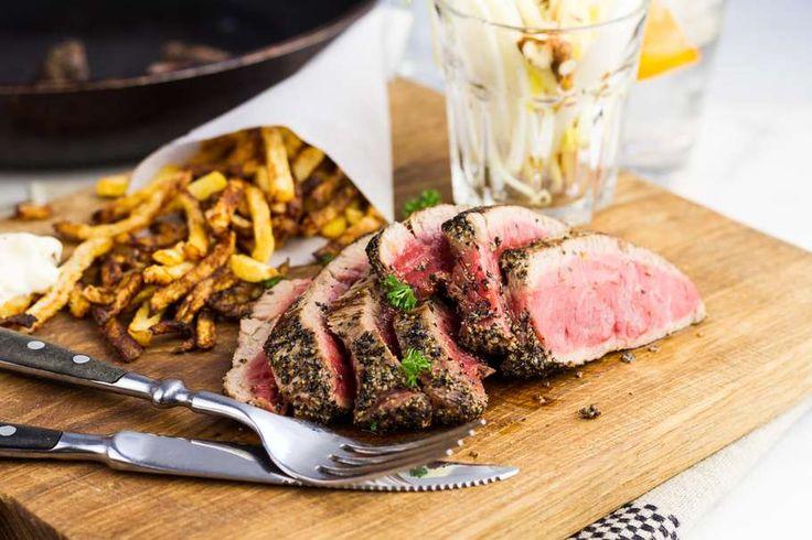 Recept voor biefstuk  voor 4 personen. Met zout, olijfolie, peper, biefstuk, appel, witlof, mayonaise, walnootolie, friet en citroen