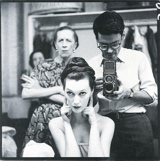 "Diana Vreeland, le mannequin Dovima & Richard Avedon en shooting pour ""Harper's Bazaar"", juillet 1955."