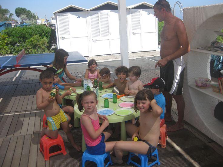 Le attività per i bimbi continuano anche in spiaggia, per divertirsi all'ombra nelle ore più calde!