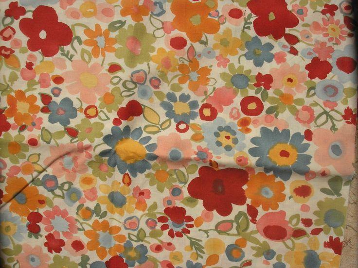 """Akvarelové květiny Kvalitní bavlněné plátýnko z americké návrhářské dílny. Barva podkladu tlumená ˇmáslově"""" bílá. Velikost květinek do cca 7 cm. Šířka 110 cm, délka 10 cm. Látka je vysrážená/předepraná."""