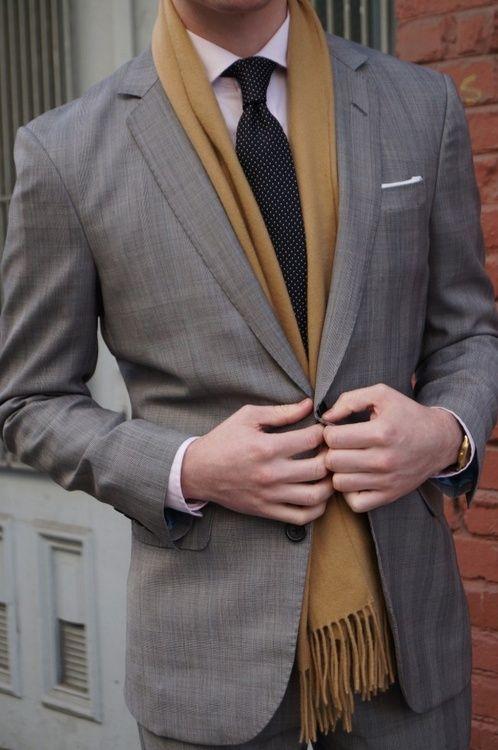 Traje en color gris básico para citas de trabajo. Agregando una bufanda en color sólido elevará el impacto visual.