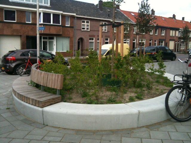 Bank/groen openbare ruimte Tilburg/Molenbochtstraat. Fraai en zit ook nog lekker!