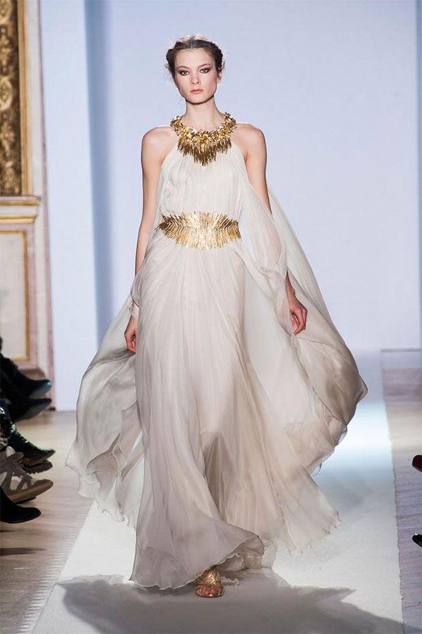 白基調で黄金のベルトが入ったイブニングドレス