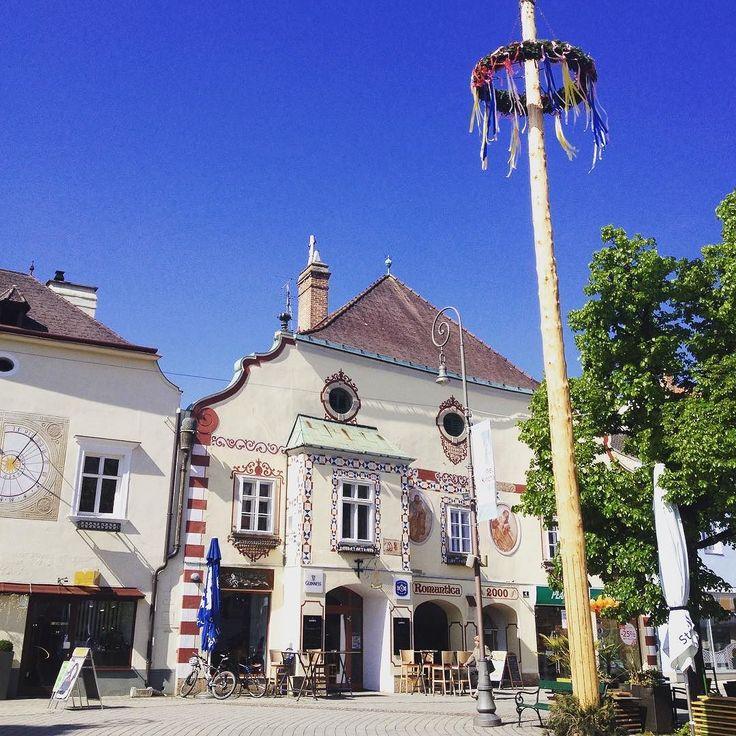 Am Hauptplatz Neunkirchen gibt's einige Häuserfassaden aus der Renaissance zu bewundern und derzeit natürlich auch den Maibaum #freets #unterwegs #neunkirchen #niederösterreich #citycenter #maibaum #architecture #wieneralpen #architecturelovers #tradition #pin