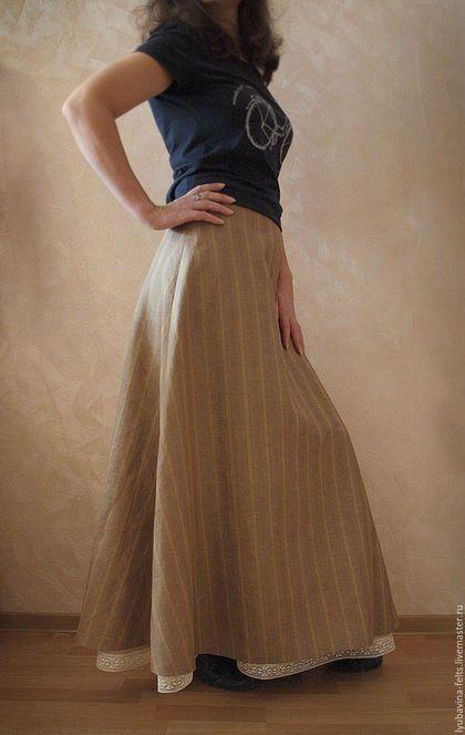 Купить или заказать Юбка длинная из льна Арт.015, в елочку Бежевая двойная в интернет-магазине на Ярмарке Мастеров. Комплект из двух юбок: верхняя юбка из пестротканого льна в елочку , нижняя юбка из тонкого качественного льна, легкая, летом можно носить ,как самостоятельную вещь с маечкой или блузой. Покрой юбки подчеркивает женственность. Спереди есть вертикальная кулиска, с помощью которой можно видоизменять верхнюю юбку так, чтобы была видна оборка нижней юбки с нежнейшим кружевом.