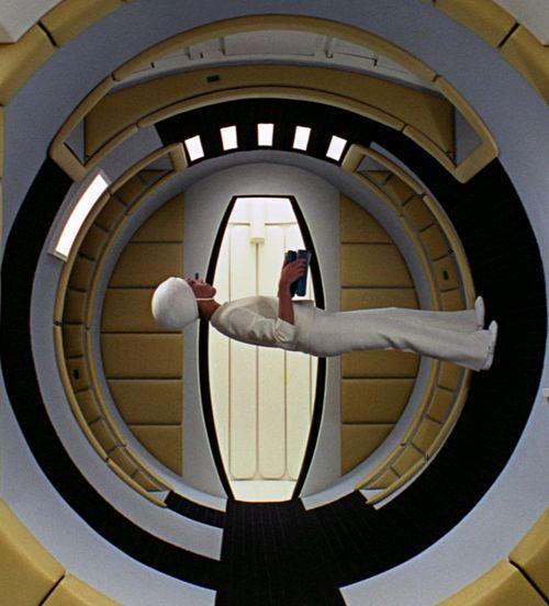 Stanley Kubrick, nos enseña que en el espacio hay que aprender a caminar otra vez. (2001: A Space Odyssey)