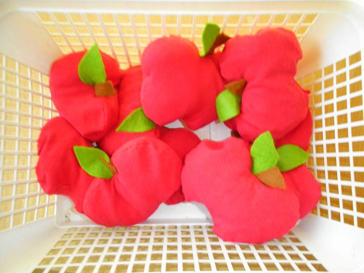 Voelspel appels  Deze appels heb ik al eerder op mijn blog voorgesteld. De appels bevatten allemaal een andere soort vulling. Door te voelen aan de   appeltjes moeten de kleuters 2 dezelfde appeltjes zoeken. Er zijn in totaal 10   appels, dus 5 paren. In de appels zit er rijst, krantenpapier, stukjes rietjes,   wol en pasta. *liestr*