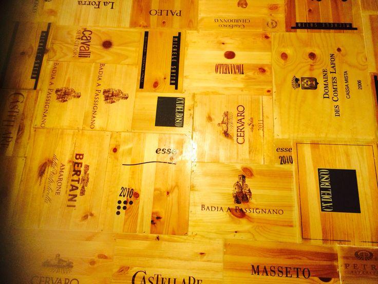 Tavolo con cassette vino
