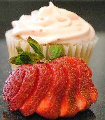 Untuk Anda yang suka dengan cake, pada kesempatan kali ini Admin akan share resep strawberry cup cake spesial yang bisa Anda coba untuk membuatnya di rumah. Kue satu ini sangat cocok dihidangkan pada hari spesial seperti lebaran, natal atau tahun baru atau Anda juga bisa menghidangkannya untuk acara pesta atau hanya menyajikan untuk keluarga