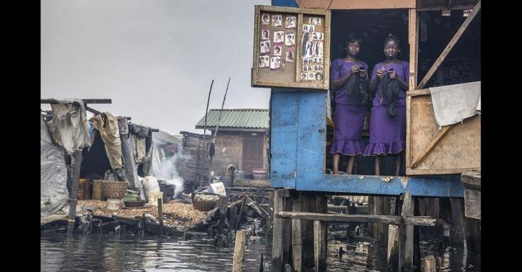 O concurso Atkins CIWEM Fotógrafo de Meio Ambiente de 2015, que será exibido em Londres, foi criado para que fotógrafos compartilhem suas imagens de questões ambientais e sociais com o público internacional e para reforçar a compreensão das causas, consequências e soluções para a mudança climática e a desigualdade social. Esta foto, de Petrut Callinescu, feita em 2014, mostra duas mulheres que têm um salão de beleza na favela de Makoko, em Lagos, na Nigéria