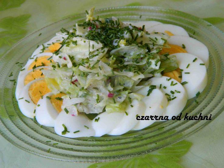Dietetyczne nie znaczy nudne :) Składniki 2 ugotowane na twardo jajka sałata lodowa kilka rzodkiewek kawałek ogórka szczypiorek 2 łyżki jogurtu naturalnego pieprz, sól  Sposób przygoto...