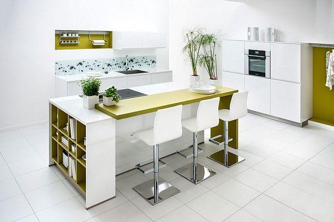 Compacte keuken met kookeiland en kastenwand.