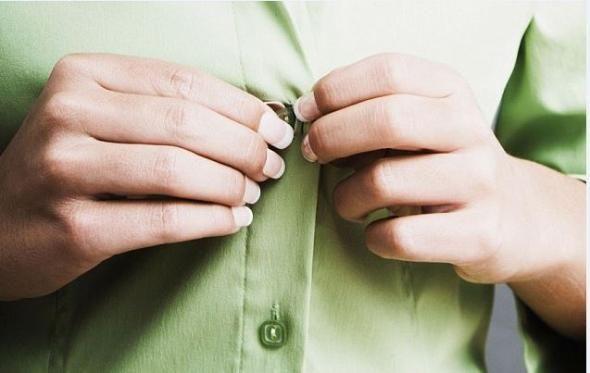 Γιατί τα κουμπιά στα γυναικεία πουκάμισα είναι στην αριστερή πλευρά ενώ στα ανδρικά στη δεξιά;