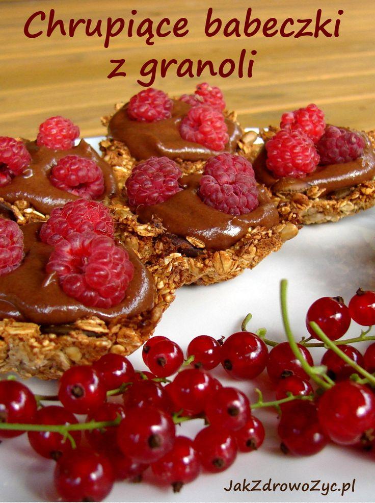 Babeczki z granoli z daktylowym kremem to zdrowa i lekka przekąska, deser lub śniadanie. Bez dodatku cukru czy oleju. Świetnie smakują ze świeżymi malinami.