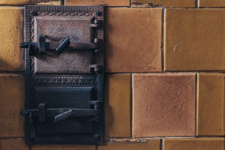 https://flic.kr/p/TPiAse | An old tile stove | Get more free retro photos on freestocks.org