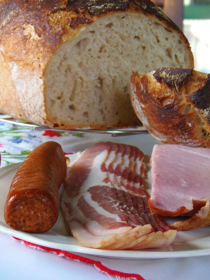 Dagasztás nélküli kenyér -   Hozzávalók:   1 kg finomliszt 7 g szárított élesztő 5 dl tejsavó (ha nincs akkor helyette is víz) 3 dl víz 2,5 dkg só