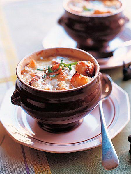 ゆっくり炒めたとろとろの玉ねぎとチキンブイヨンの、甘くてしっかりとコクのある凝縮したスープ。|『ELLE a table』はおしゃれで簡単なレシピが満載!
