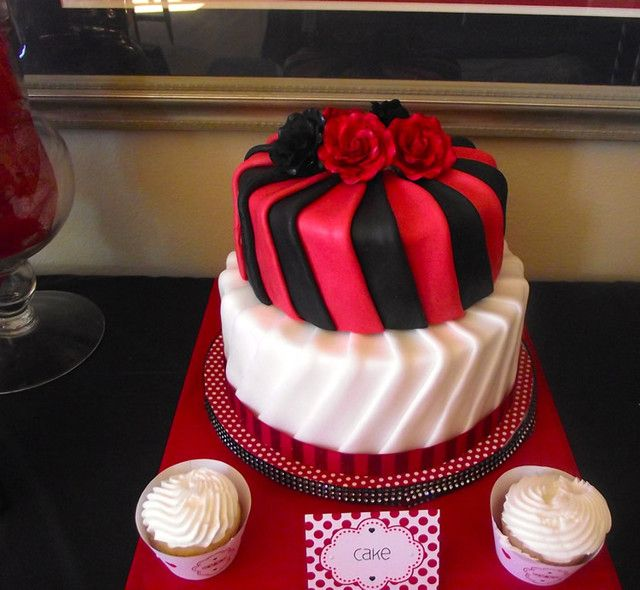 Gorgeous cake at a Queen of Hearts Party #queenofhearts #partycake