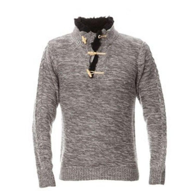 Szary sweter idealny na wieczory. Mimo zmieniających się ciągle trendów w męskiej modzie typowe szare swetry nadal pozostają chętnie wykorzystywane przez mężczyzn w różnym wieku. Tutaj mamy przykład interesującego modelu, który z pewnością przypadnie do gustu młodszym panom. Taki sweter idealnie nadawać się będzie na miasto jak i na imprezy. To uniwersalne i stylowe rozwiązanie. #facet #moda #styl #odzież ##szary ##sweter