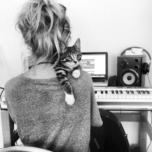 .=^.^= Me define esto a la perfección, musica mas gatitos y cariño.