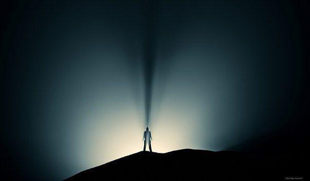 Если ты оказался в темноте и видишь хотя бы слабый луч света, ты должен идти к нему, вместо того чтобы рассуждать, имеет смысл это делать или нет. Может, это действительно не имеет смысла. Но просто сидеть в темноте не имеет смысла в любом случае.