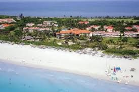 Vista aerea de la playa y el hotel Sol Sirenas Coral